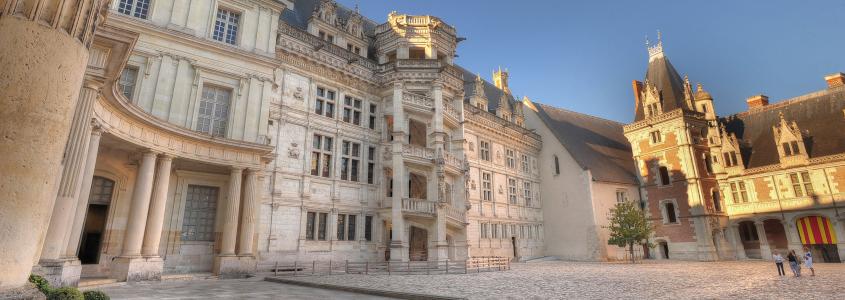 Château de Blois, blois france, Escalier François 1er dans la cour du château de Blois, ville village route des vins loire, blois route des vins